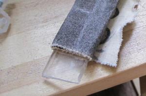 Очистка оргстекла от краски с помощью наждачки