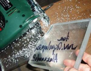 Толстое оргстекло разрезанное с помощью электролобзика
