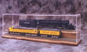Макет поезда в витрине из оргстекла