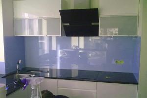 Кухня сделана с использованием материала оргстекло и дает отражение