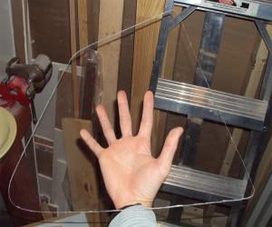 Качественно разрезанное оргстекло в мастерской