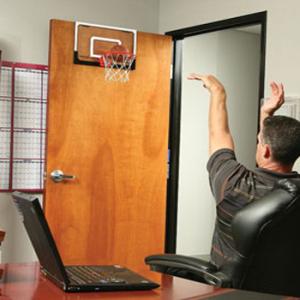 Баскетбольный щит в комнате